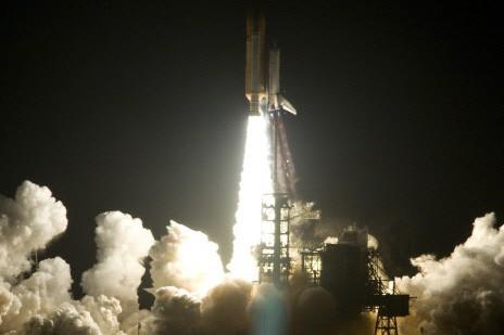 La navette endeavour a décollé vers la Station... (Photo: AP)