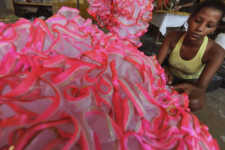 Une jeune fille prépare sa robe en vue... (Photo: AFP)