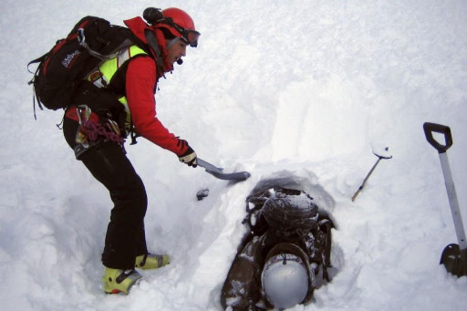 Des secouristes extirpent le corps de Cédric Genoud,... (Photo: Reuters)