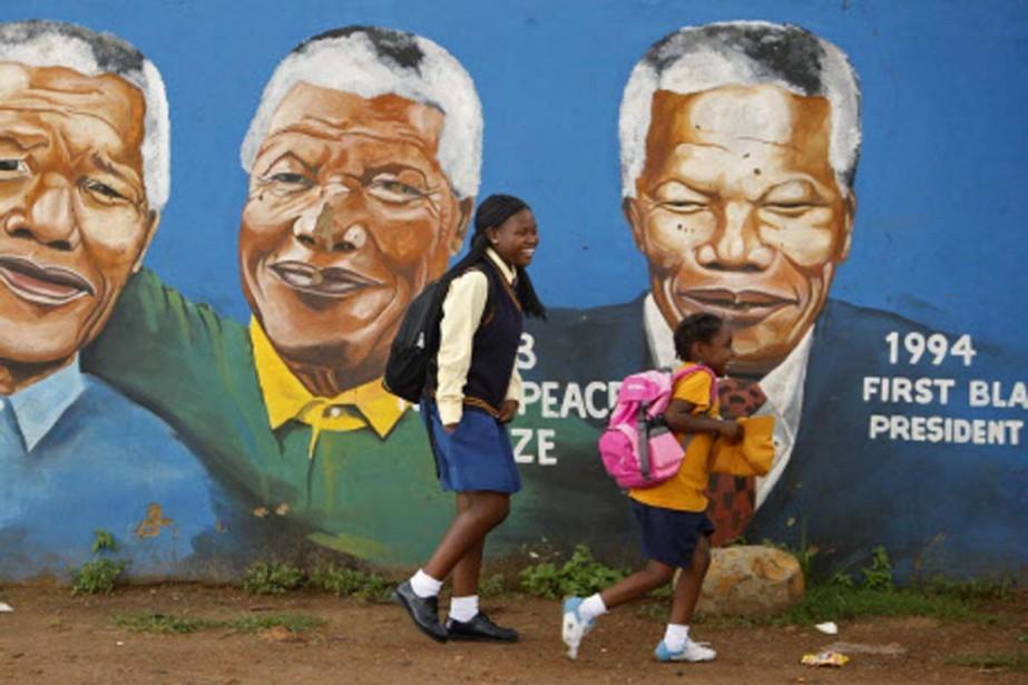 Le portrait de Mandela décore les rues pauvres... (Photo: Reuters)