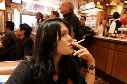 Même si le taux de tabagisme est en baisse au sein de la... (Photo: AP)
