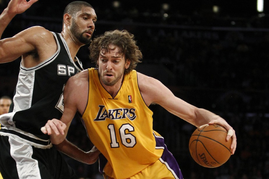 Pau Gasol face à Tim Duncan... (Photo: Reuters)