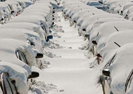 Des voitures de locations sont recouvertes d'une épaisse... (Photo: AFP)