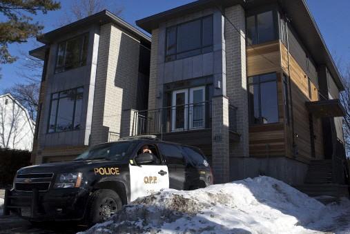 Une voiture de police devant la maison du... (Photo: PC)