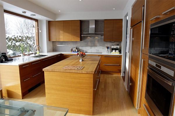 Du teck dans la cuisine marie france l ger design for Meuble cuisine teck