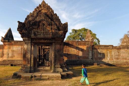 Un jeune homme passe devant le temple de... (Photo: AFP)