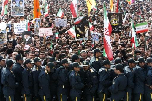 Des policiers surveillent les manifestants pro-gouvernement rassemblés à... (Photo: AP)