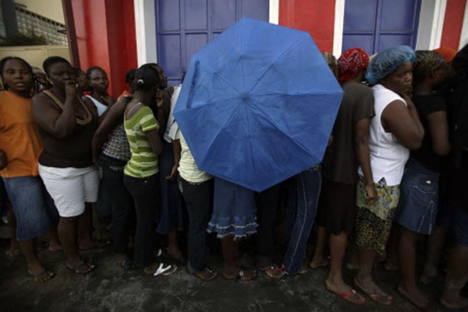 À Port-au-Prince, une Haïtienne se protège avec son... (Photo: Reuters)