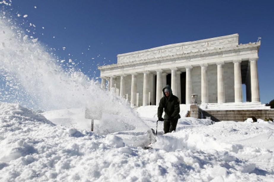 Un travailleur à pied d'oeuvre pour déneiger le... (Photo: Reuters)