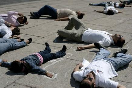 Des gens protestent la violence due au narco-trafic... (Photo: Reuters)