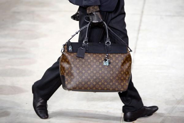 Vuitton surveille la vente de ses célèbres sacs... (Photo Reuters)