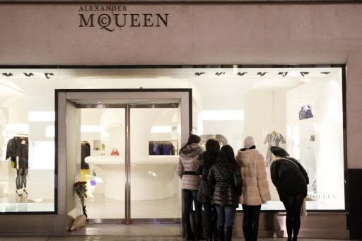 Les fashionistas londoniennes s'arrachaient vendredi robes et... (Photo: Reuters)