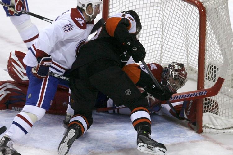 Campé dans le demi-cercle, Scott Hartnell a harponné... (Photo: Reuters)