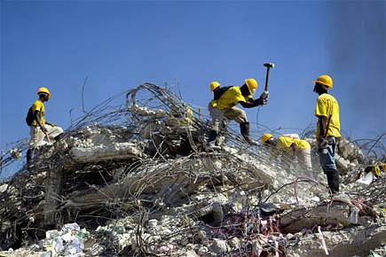 Des ouvriers démolissent un édifice qui s'est effondré... (Photo: Martin Chamberland, La Presse)