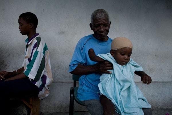 Ernesto, 4 ans. a été libéré des décombres... (Photo Andrew Berends, collaboration spéciale)