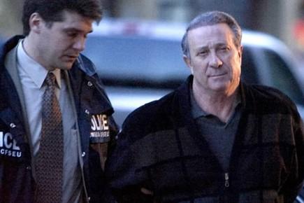 Paolo Renda escorté par un agent de la... (Photo: François Roy, archives la presse)