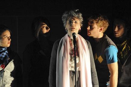 Béatrice Picard est entourée de quatre jeunes comédiens... (Photo fournie par la Maison théâtre)