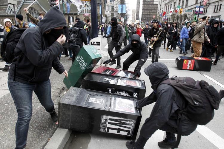 Des manifestants masqués ont causé du vandalisme dans... (Photo: Reuters)