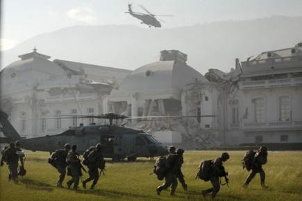 Des hélicoptères de l'armée américaine devant le Palais... (Photo: AP)