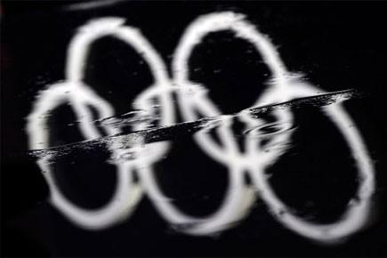 Les anneaux olympiques réflètent dans l'eau.... (Photo: AFP)