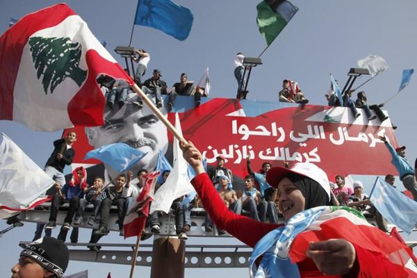 Une femme portant le drapeau national lors d'une... (Photo AP)