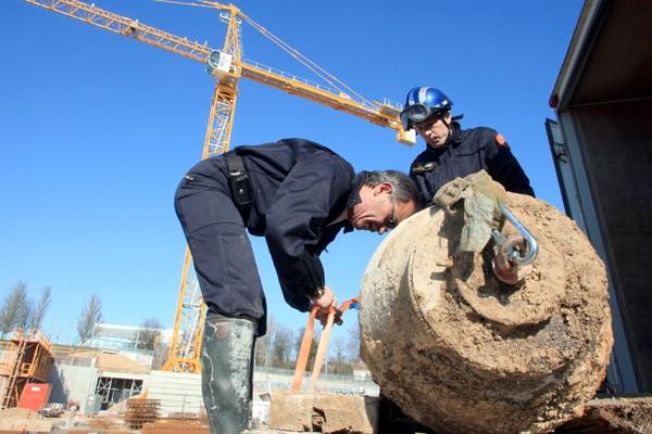 Des experts délogent une bombe datant de la... (Photo AFP)