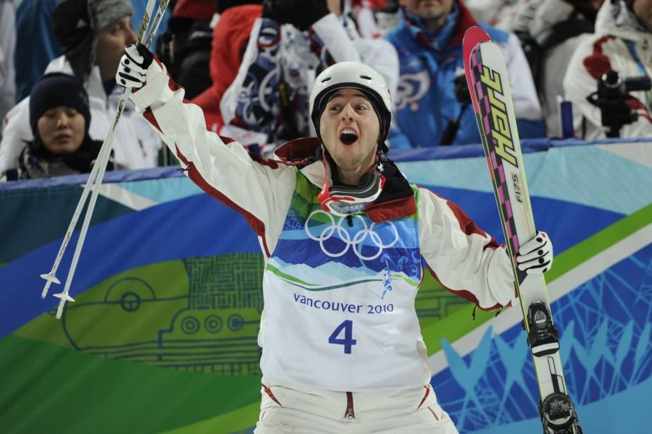 Alexandre Bilodeau lève les bras après avoir pris... (Photo: Bernard Brault, La Presse)