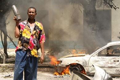 À Mogadiscio, un Somalien tient un obus qui... (Photo: Mowlid Abdi, Reuters)