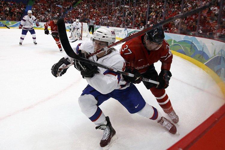 Patrice Bergeron (à droite) bataille pour la possession... (Photo: Reuters)