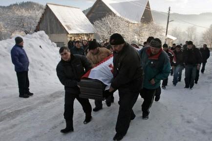 Des dizaines de personnes ont rendu hommage mercredi... (Photo: AP)