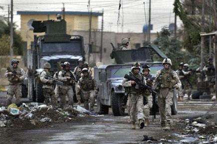 Des soldats américains en patrouille en sol irakien.... (Photo: Jim MacMillan, AP)