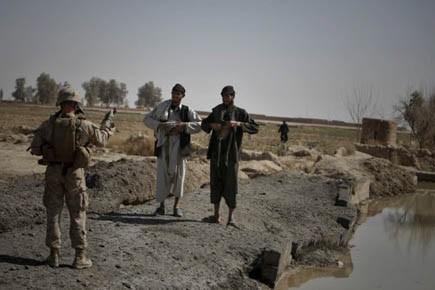 Un Marine ordonne à des hommes afghans de... (Photo: AP)