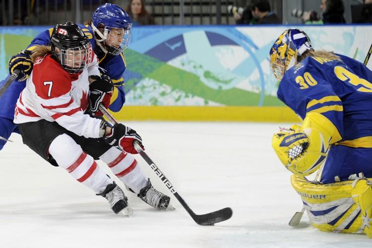 Cherie Piper s'est glissée derrière la défense suédoise... (Photo: Bernard Brault, La Presse)