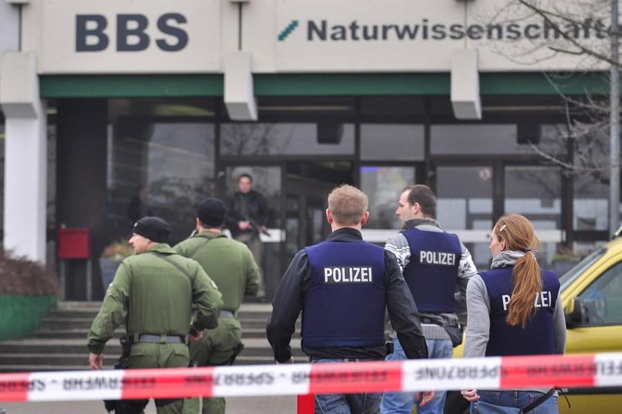 Des policiers se tiennent devant le collège technique... (Photo: Reuters)