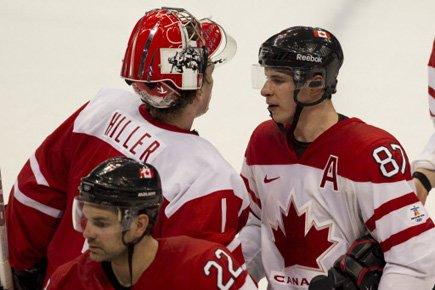 Sidney Crosby a félicité le gardien suisse Jonas... (Photo: André Pichette, La Presse)