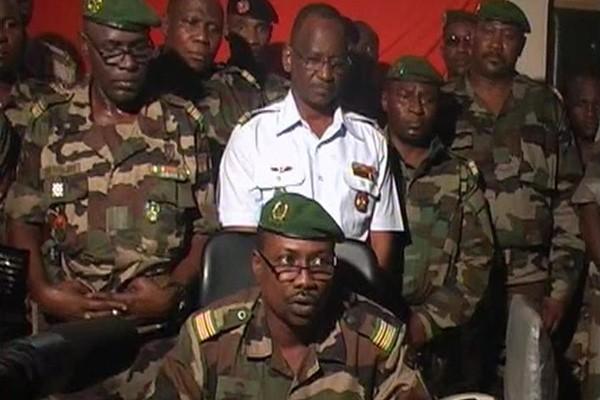 Le colonel Goukoye Abdul Karimou lit une déclaration... (Photo Reuters)