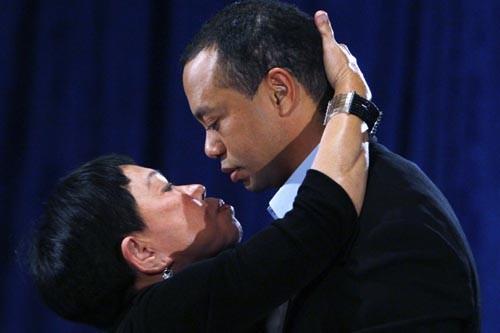 Tiger Woods a embrassé sa mère, Kultida Woods,... (Photo: Reuters)