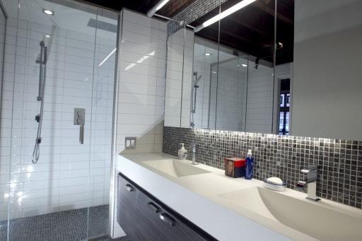 Cette salle de bain immaculée, dessinée par l'architecte... (Photo: Alain Roberge, La Presse)