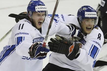 Teemu Selanne et le capitaine finlandais Saku Koivu.... (Photo: Paul Darrow, archives Reuters)