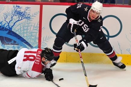 Paul Stastny en pleine action devant le Suisse... (Photo: AFP)