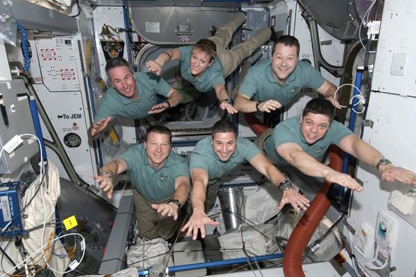 L'équipage de la navette Endeavour.... (Photo Reuters)