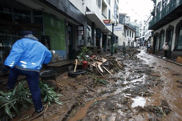 Le centre-ville de Funchal sous la boue... (Photo AFP)