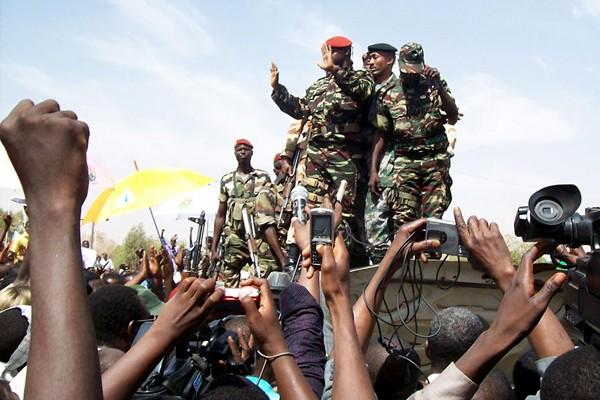 Des membres de la junte dans les rues... (Photo AFP)