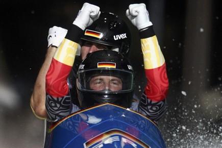 Les Allemands Andre Lange et Kevin Kusque célèbrent... (Photo: Jim Young, Reuters)