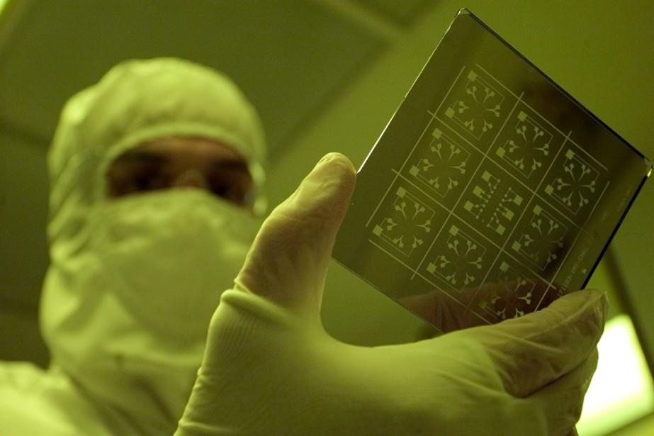 Un technicien fait une manoeuvre dans un laboratoire... (Photo: archives La Presse)