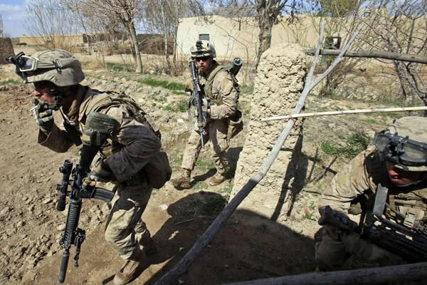 Des marines américains traversent des positions talibanes durant... (Photo Reuters)