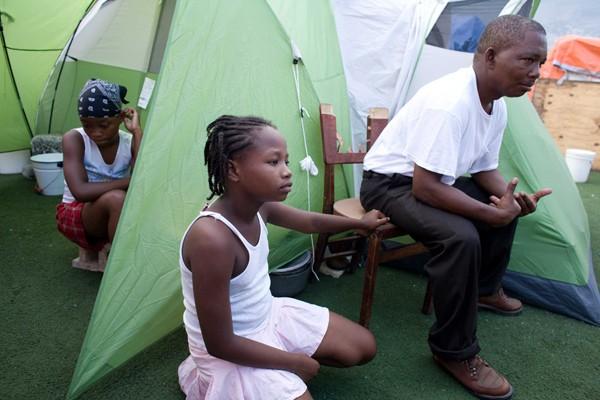 Des tentes installées sur le terrain de foot... (Photo Andrew Berends, collaboration spéciale, La Presse)