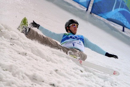 Anton Kushnir a perdu son ski droit, ce... (Photo: AFP)