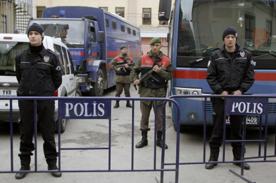 Des policiers montent la garde devant la Cour... (Photo: AFP)