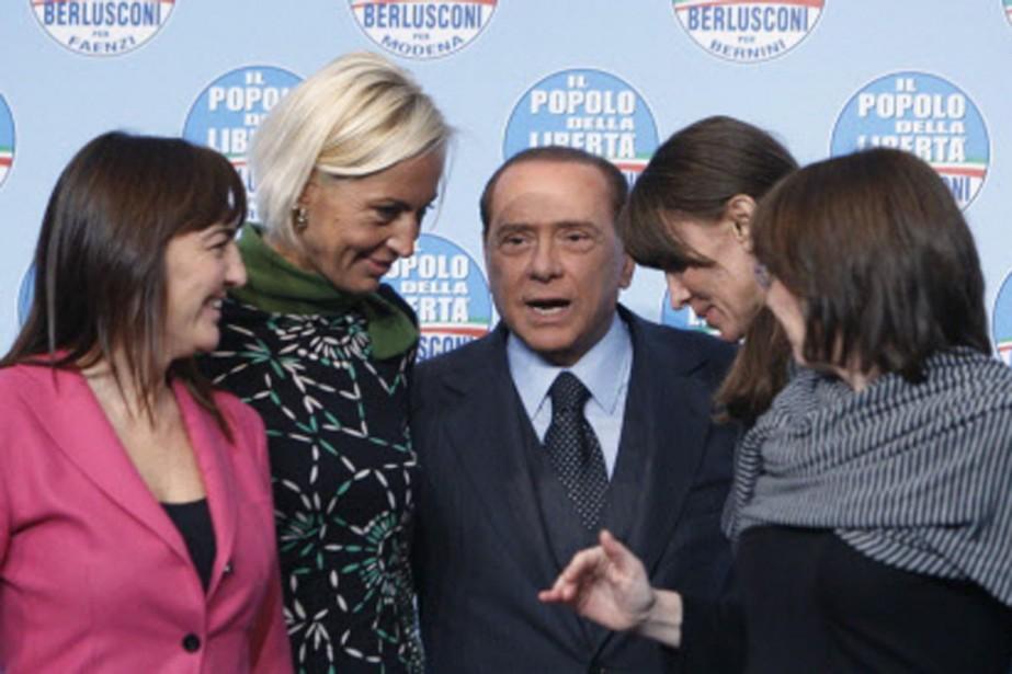 Silvio Berlusconi entouré de quatre candidates aux élections... (Photo: AP)